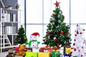 arbre de noël avec des cadeaux photo