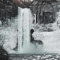 chute d'eau à flanc de falaise d'hiver photo