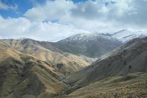 Vue paysage de la chaîne de montagnes de l'atlas contre ciel nuageux photo