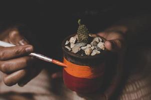 personne peignant un pot