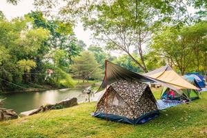 tentes de camping sur herbe photo