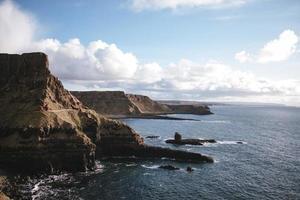 plan d'eau près des falaises sous le ciel bleu photo