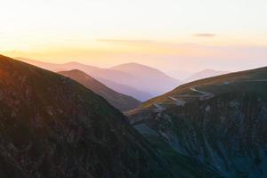 route qui serpente à travers les montagnes photo
