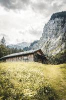 cabine au premier plan des montagnes