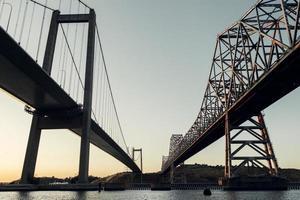 pont en acier gris photo
