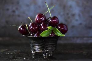 cerises rouges dans un bol en acier inoxydable photo