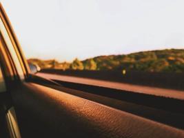côté droit d'une fenêtre de voiture en mouvement photo