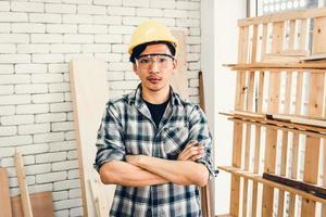 Bricoleur charpentier dans la salle d'atelier photo