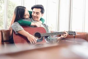 jeune couple, délassant, sur, sofa