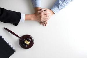 image d'un avocat ou d'un juge de sexe masculin aidant à encourager le client
