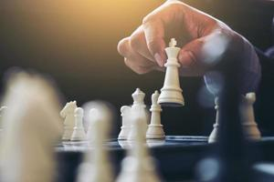 gros plan des mains jouant au jeu d'échecs photo