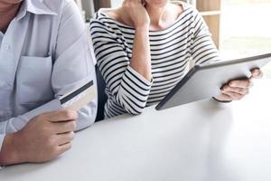 deux personnes utilisant une tablette