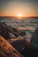 côte rocheuse et eau au coucher du soleil