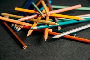 crayons colorés empilés au hasard