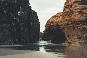 gros rochers à la plage photo