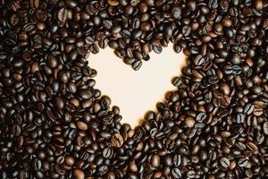 forme de coeur encadrée de grains de café torréfiés photo
