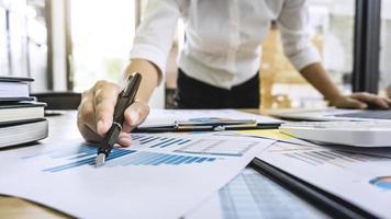 comptable d'entreprise travaillant sur un document graphique