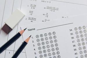crayon et gomme sur feuille de réponses photo