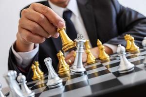 homme d & # 39; affaires jouant aux échecs photo
