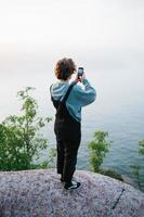 homme, prendre photo, à, téléphone, sur, lac