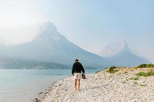 Homme marchant le long du rivage au Montana photo