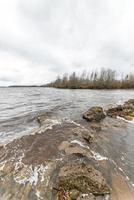 nuages dramatiques sur la rivière photo