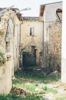 bâtiments après le tremblement de terre dans les Abruzzes, un village près de l'aquila photo