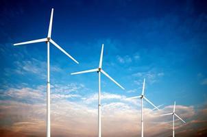 Concept d'énergie renouvelable verte - éoliennes dans le ciel photo
