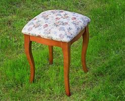 tabouret pratique avec le siège recouvert d'un gobelin. photo