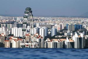 Logement haute densité de Singapour par temps clair