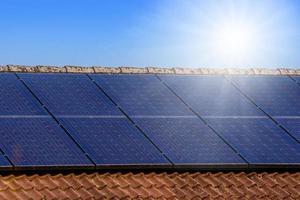 panneaux solaires sur le toit photo