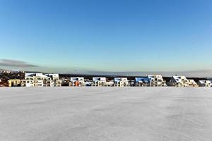beau paysage avec zone de logement en hiver et ciel bleu photo