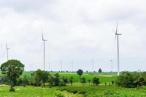 Turbine dans la ferme éolienne contre ciel nuageux photo