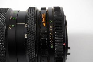Un ancien objectif de caméra de contrôle manuel isolated on white
