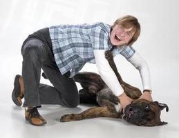 eine frau erwürgt hund photo