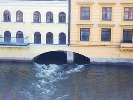 rivière vltava coulant sous les bâtiments