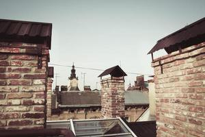сhimneys sur le toit gros plan photo