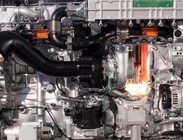 Gros plan du moteur diesel de camion photo