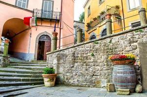 ruelle des marches du village de montefiascone - lazio - viterbe - découvrir photo