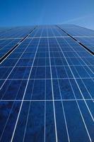 panneaux solaires et ciel bleu photo