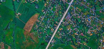 vue aérienne de la ville, des routes et des terres