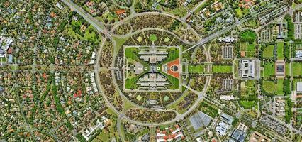 vue aérienne de la ville, des routes et des terres photo