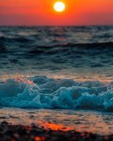 mousse de vague océanique sur sable brun photo