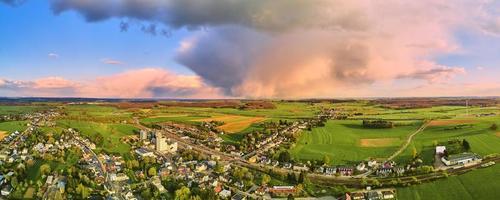 champs d'herbe verte et une petite ville photo