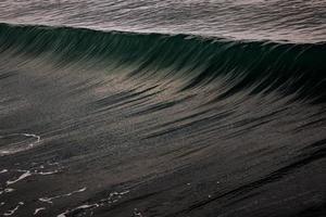 vague de l'océan sombre photo