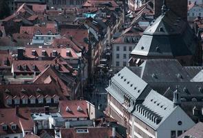 Vue aérienne des toits et de la rue du bâtiment photo