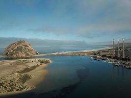 photographie aérienne de l'île surplombant la colline