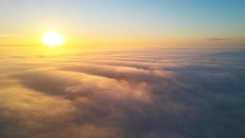 la lumière du soleil sur les nuages