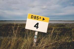panneau de signalisation blanc et jaune