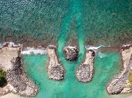 photographie aérienne du rivage et des rochers
